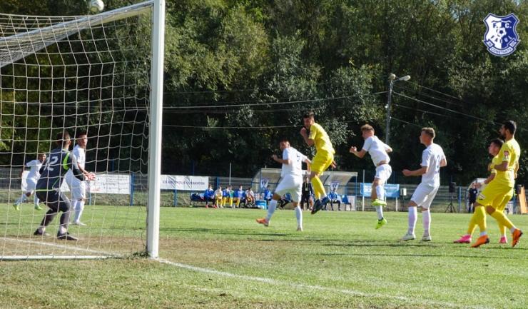 Farul, în galben, nu a avut un meci uşor la Cernavodă (sursa foto: www.fcfarulconstanta.ro)