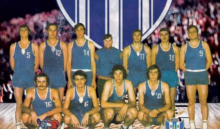 CS Farul - rândul de sus (de la stânga la dreapta): R. Racovițan, A. Purcăreanu, A. Spînu, Prof. Antrenor Alexandru Botoș, V. Pașca, Gh. Radu, R. Martinescu;  rândul de jos (de la stânga la dreapta): V. Teglaș, R. Tecău, M. Coroian, Gh. Dumitru.