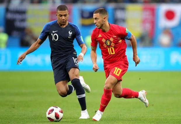 Kylian Mbappe (stânga) a câştigat duelul cu Eden Hazard (sursa foto: Facebook FIFA World Cup)
