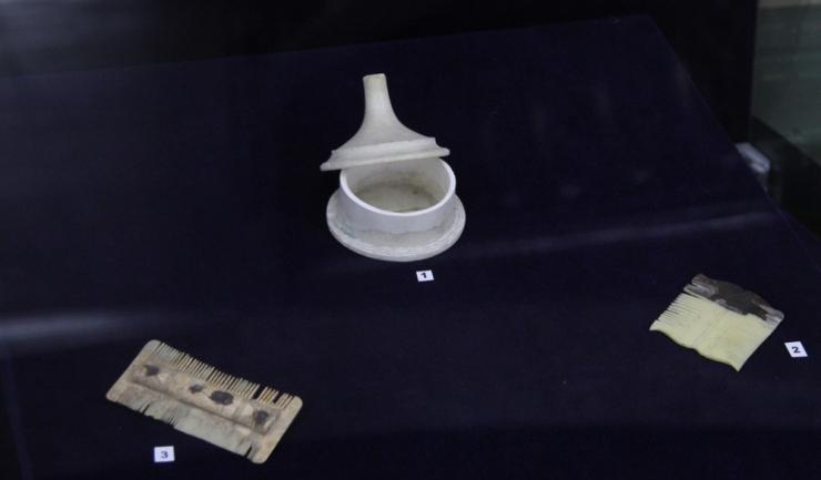 Cel mai vechi exponat, datând din secolul al V-lea î. Hr, este o cutie din marmură cu capac (pyxis), descoperită la Histria