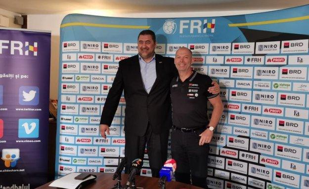Alexandru Dedu, preşedintele Federaţiei Române de Handbal, şi Tomas Ryde, noul selecţioner al reprezentivei feminine a României (sursa foto: www.frh.ro)