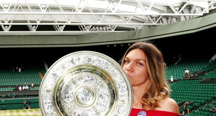 Simona Halep şi trofeul cucerit la Londra (sursa foto: www.wtatennis.com)