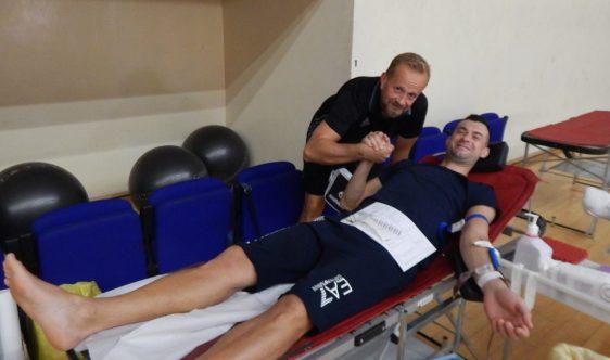 """Handbaliştii constănţeni au donat sânge în cadrul campaniei """"Alături de oameni, prin oameni, pentru oameni!"""" (sursa foto: hcdobrogeasud.ro)"""