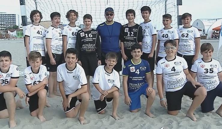 Juniorii IV sunt pregătiţi de antrenorul Enis Murtaza (sursa foto: www.hcdobrogeasud.ro)
