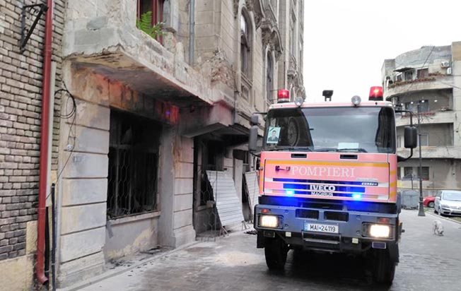 Unul dintre spațiile comerciale de la parter a fost distrus complet de flăcări