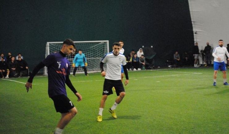 Arsenal Inel II (echipament alb-abastru) a câştigat clar derby-ul cu Squadra Viola (sursa foto: Facebook Campionatul de minifotbal Atletic Club)