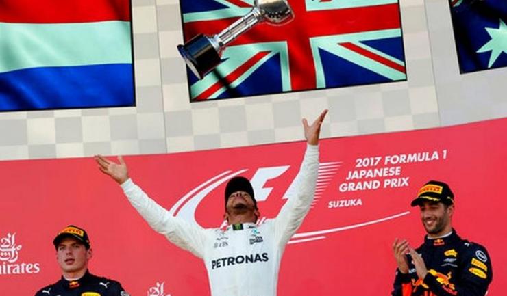 Lewis Hamilton a jonglat cu trofeul pe podiumul de la Suzuka