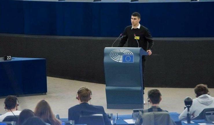 """Elevul Dragoș Crăciun a prezentat Liceul """"George Călinescu"""" în plenul Parlamentului European"""