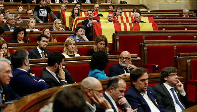 Separatiștii catalani au uitat de independeță și s-au bătut pe locurile din Parlamanul regional