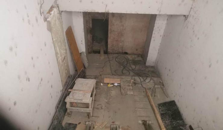 Locul pe unde pompierii au reușit să îi scoată din lift pe cei patru constănțeni