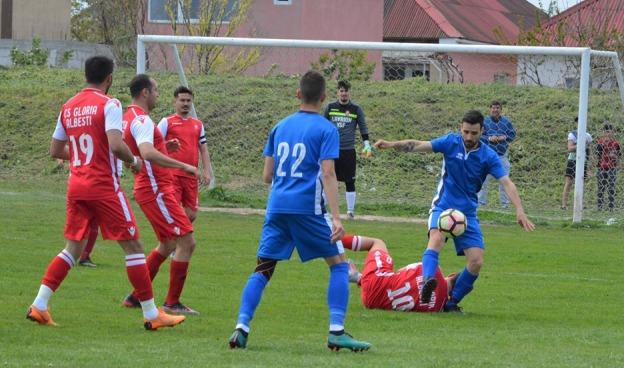 CS Gloria Albeşti (în roşu) a obţinut un punct important în meciul cu CS Poseidon Limanu-2 Mai (sursa foto: Facebook Dornik de Sport)