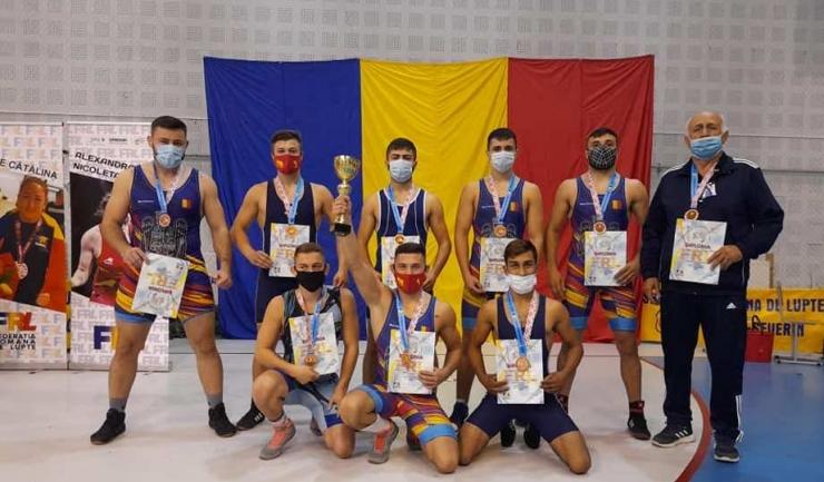 Luptătorii de la CS Farul şi antrenorul Gheorghe Grigore (sursa foto: Facebook Grigore Gheorghe)