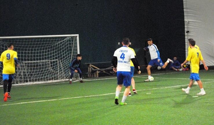 În Liga 1, Arsenal Inel II (echipament alb-albastru) nu a avut milă de AG Constanţa (sursa foto: Facebook Campionatul de minifotbal Atletic Club)