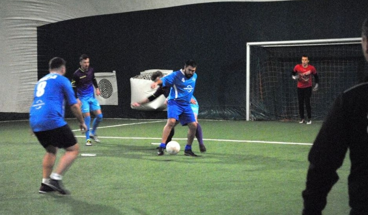 În Liga a 2-a, RCS & RDS (echipament albastru) a obţinut o frumoasă victorie în partida cu Alera Sport (sursa foto: Facebook Campionatul de minifotbal Atletic Club)