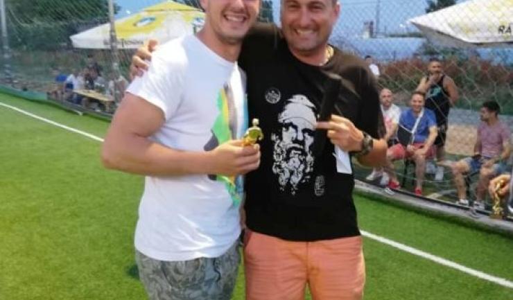 Bogdan Oarză (stânga; Trocadero) - cel mai bun portar al Campionatului Judeţean de minifotbal şi Marius Văleanu