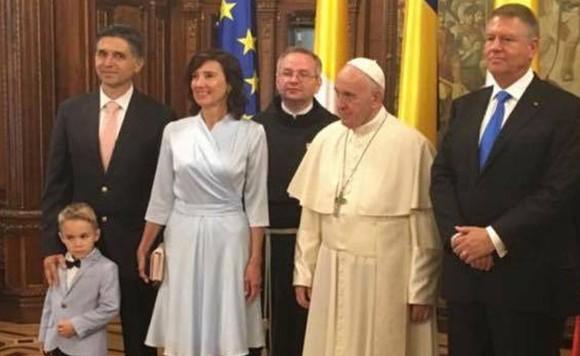 Marius Vecerdea, cu cravată roz, asortată cu poșeta Georgetei Carmen Iohannis, în vizita de stat la Vatican a președintelui Iohannis