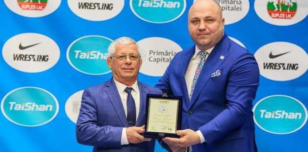 Gheorghe Berceanu (stânga) a primit o plachetă din partea preşedintelui FRL, Răzvan Pîrcălabu (sursa foto: Facebook Federatia Romana de Lupte (FRL)