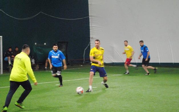 GSM Service (în galben) a produs prima surpriză din play-off (sursa foto: Campionatul de minifotbal Atletic Club)