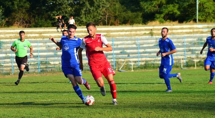 Mihai Zugravu (echipament roşu) a reuşit să înscrie primul gol în tricoul formaţiei Gloria Albeşti