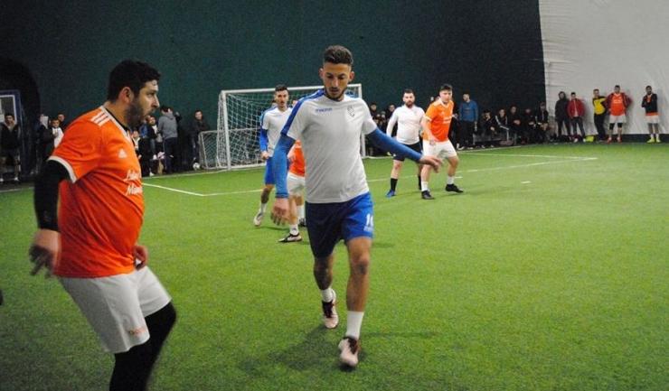 Arsenal Inel II (echipament alb-albastru) a câştigat pe deplin meritat partida cu Squadra Viola (sursa foto: Facebook Campionatul de minifotbal Atletic Club)