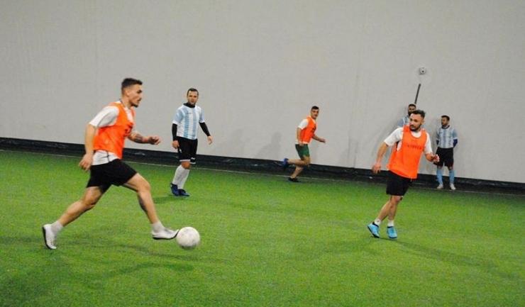 TTS Operator (tricouri portocalii) a cedat în duelul cu ultima clasată, Phoenix (sursa foto: Facebook Campionatul de minifotbal Atletic Club)