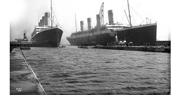 Olympic (stânga) şi Titanic (dreapta)