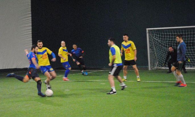 Phoenix (tricouri albastre) a obţinut a doua victorie din actualul campionat, învingând, ca şi în tur, pe GSM Service (sursa foto: Facebook Campionatul de minifotbal Atletic Club)