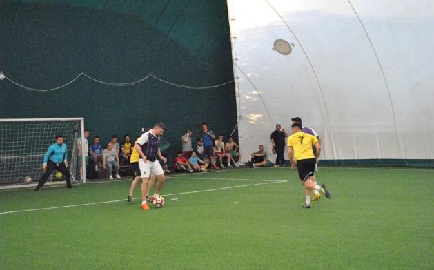Arsenal Inel II (echipament galben-negru) a învins Squadra Viola şi păstrează şanse de calificare la turneul Regional Sud-Est (sursa foto: Campionatul de minifotbal Atletic Club)