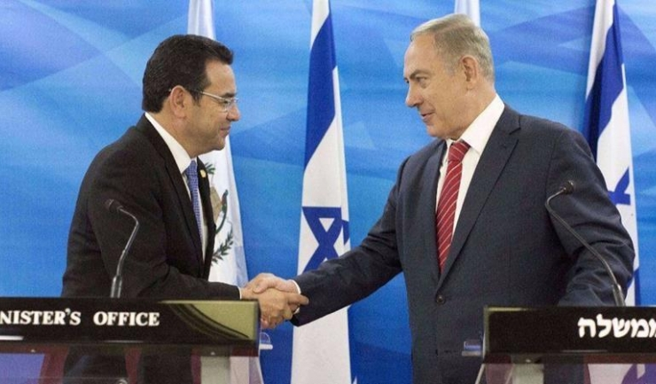 Preşedintele Guatemalei, Jimmy Morales, şi premierul israelian, Benjamin Netanyahu. Fotografie din 2016, noiembrie. Sursa: Abir Sultan / AFP/Getty Images