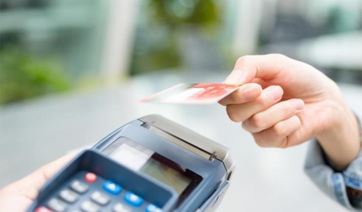 Tinerii de 25 - 35 de ani plătesc cel mai des cu cardul la livrare