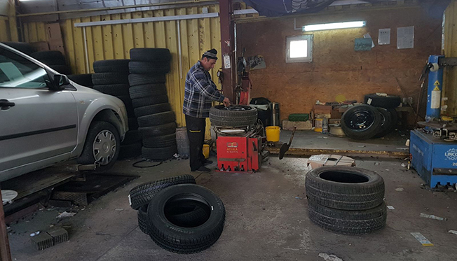 Un set complet de patru pneuri cu tot cu jante costă 1.000 de lei - este oferta unui comerciant