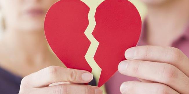 Un sfert dintre românii aflați într-o relație sentimentală s-au mutat înapoi acasă cu părinții, din cauza problemelor financiare