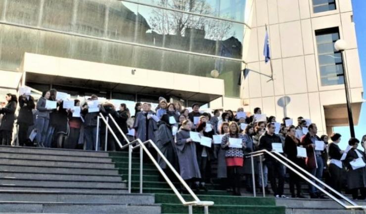 """La Constanţa au fost aproximativ 100 de grefieri care au protestat pe scările Curţii de Apel ținând în mâini foi pe care era scris """"protest spontan"""""""