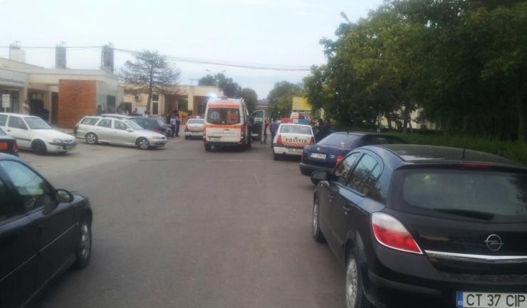 Cinci ambulanțe se aflau în jurul orei 18.45 la intrarea în rafinărie, pentru preluarea victimelor.