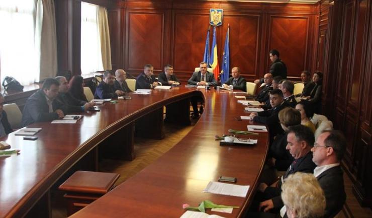 La ședința de colegiu prefectural participă prefectul Adrian Nicolaescu, subprefecții Levent Accoium și Ersun Anefi și șefii instituțiilor deconcentrate