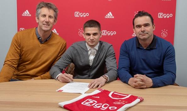 Răzvan Marin, încadrat de Edwin van der Sar şi Marc Overmars (sursa foto: www.ajax.nl)
