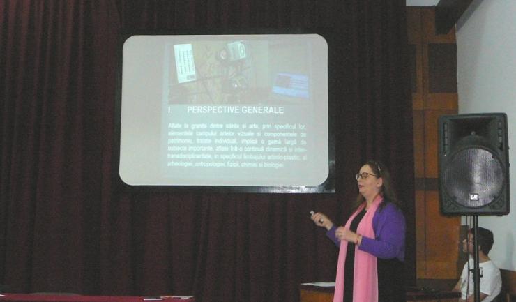"""Prof. univ. dr. Daniela Țurcanu-Caruţiu, la susţinerea lucrării """"Interdisciplinaritate şi identitate - în câmpul artelor vizuale şi al patrimoniului cultural"""""""