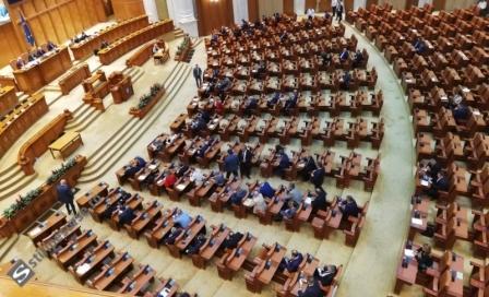 În sala de plen au participat la citirea moţiunii 128 de parlamentari, adică aprox. un sfert din numărul total al deputaților și senatorilor