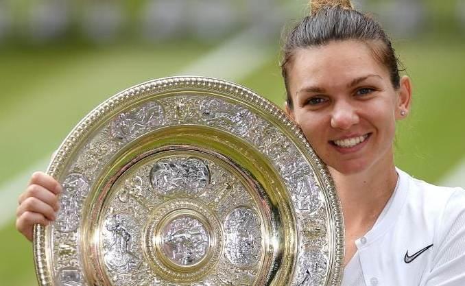 Simona Halep şi preţiosul trofeu (sursa foto: Facebook Simona Halep)