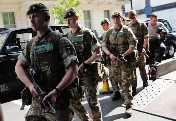 Alertă la o școală din Manchester! Mai mulți soldați, la fața locului