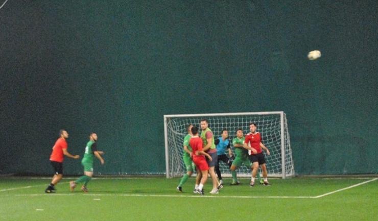 Soveja (tricouri roşii) a revenit spectaculos în confruntarea cu IPA 5 Constanţa (sursa foto: Facebook Campionatul de minifotbal Atletic Club)
