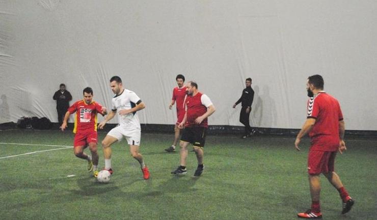 Soveja (echipament roşu) are prima şansă la clasarea pe poziţia a şasea, ultima care asigură prezenţa în play-off (sursa foto: Facebook Campionatul de minifotbal Atletic Club)