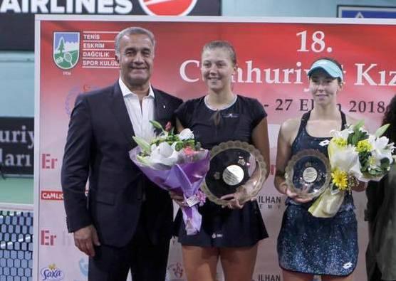 După ce a câştigat turneul de la Istanbul, Raluca Şerban (în centru) a fost la un pas de încă un succes într-un turneu ITF de 25.000 de dolari (sursa foto: Facebook Raluca Georgiana Şerban)