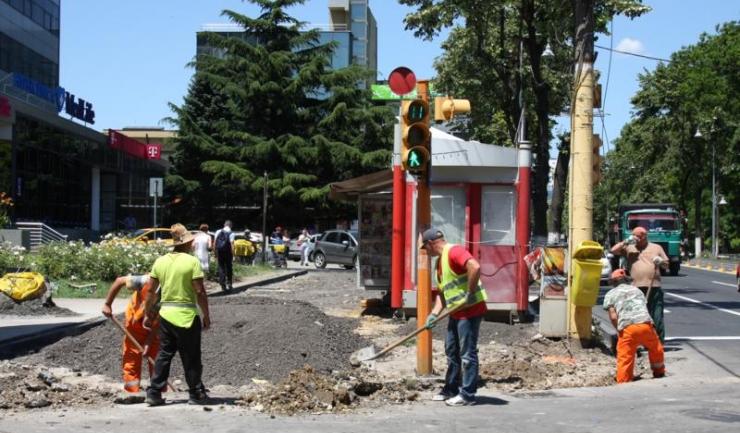 Printre alte activități desfășurate, muncitorii lucrează pentru reabilitarea trotuarului de pe bulevardul Tomis, de la Poșta Mare până la Lupoaică