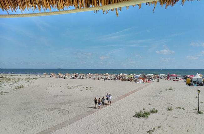 Plaja de la Sulina este în mare parte încă neamenajată, dar nu lipsesc şezlongurile şi umbrelele. În schimb, este linişte. Nu urlă muzică, este doar în surdină, iar atmosfera, dominată de valuri. Preţurile sunt aproape de cele din staţiuni