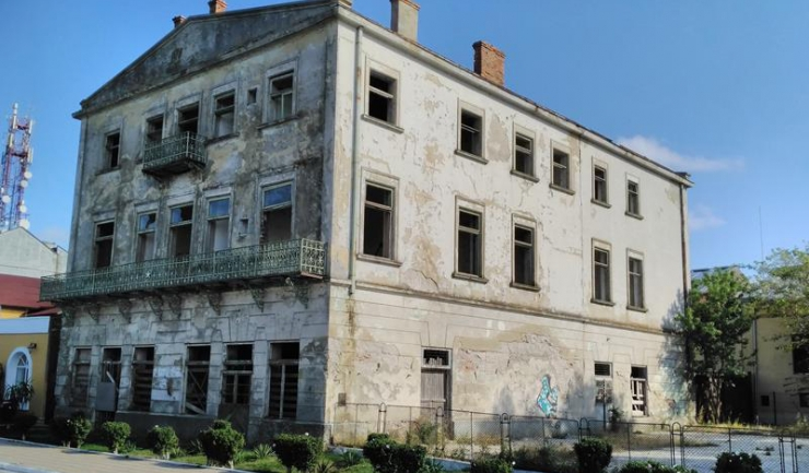 Fostul Hotel Camberi, construit la începutul secolului trecut de un negustor grec, a fost transformat de comunişti în Hotel Farul, iar adevăratul declin a început după Revoluţie, când a fost revendicat...