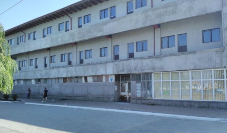 Fostul magazin universal, pe care unul dintre oamenii de afaceri celebri prin partea locului, Amorel Vătămănescu, a vrut să-l transforme în hotel. În 2014, moartea sa fulgerătoare a blocat totul.