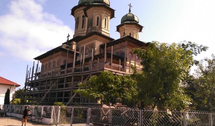 Cel mai mare lăcaş de cult din Sulina este Biserica Ortodoxă sau Catedrala Deltei, ridicată în cinstea eliberării Dobrogei de sub jugul otoman. În ultimii ani s-a degradat, iar în 2010 au început lucrările de renovare. Nici acum nu sunt gata.
