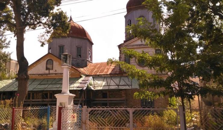 Pe strada a II-a, bisericile sunt una lângă alta, semn al convieţuirii paşnice din trecut. În 2010 au început lucrările de restaurare, care ar fi trebuit să dureze un an. Nu s-au finalizat nici acum.
