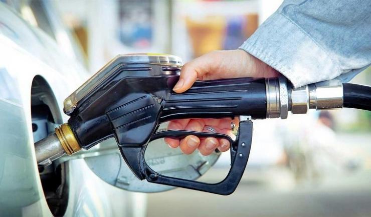 Guvernul dă semne că vrea să elimine supraacciza la carburanți. Dar nu se știe încă exact când